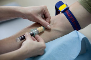 Основные симптомы и лечение плохой свертываемости крови у детей и взрослых